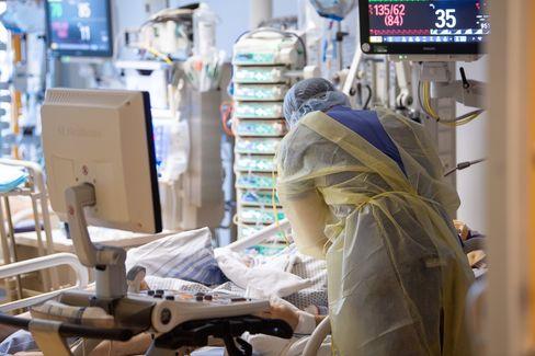 Ein Pfleger kümmert sich um einen Corona-Patienten auf der Intensivstation eines Krankenhauses in Ludwigsburg