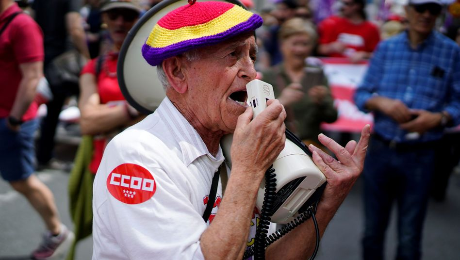 Ein Demonstrant des spanischen Gewerkschaftsdachverbands CCOO am 1. Mai in Madrid