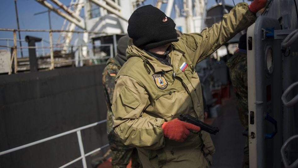 Bewaffnete im Hafen von Sewastopol: Mindestens drei Schiffe geentert