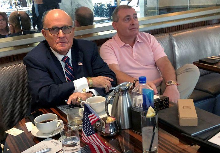 Trumps Freund und Anwalt Rudolph Giuliani traf sich mit Lev Parnas oft im Trump-Hotel in Washington, D.C.