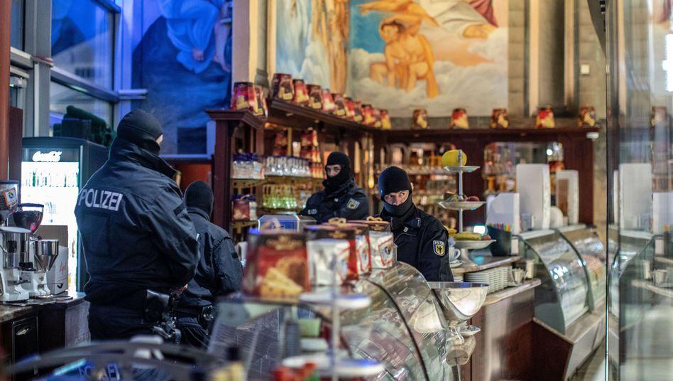 Polizisten in einem Eiscafé in der Duisburger Innenstadt