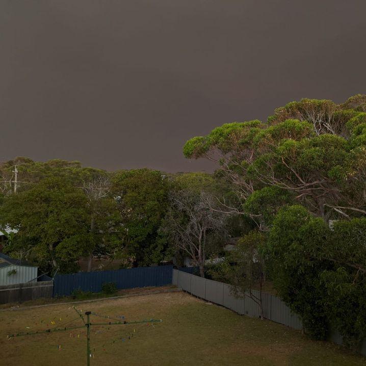 Der Himmel über Currarong gegen 15 Uhr am 31. Dezember
