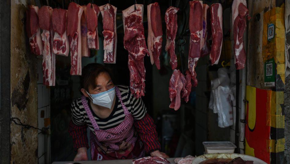 Das neue Normal: Eine Marktverkäuferin mit Maske in Wuhan (Archiv)