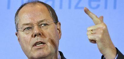 Minister Steinbrück mit typischer Handbewegung - dem erhobenen Finger