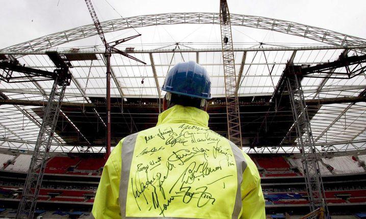 Arbeiter auf der Baustelle des Wembley-Stadions: Jubel wegen Verzögerung