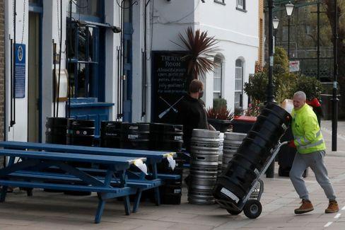 Pubs in London bereiten sich für die ersten Gäste nach dem Lockdown vor