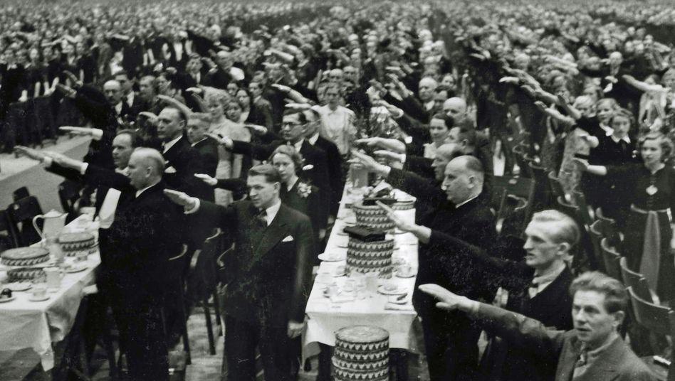 Hertie-Betriebsfeier 1938 in der Berliner Deutschlandhalle: Von Arisierungen profitiert