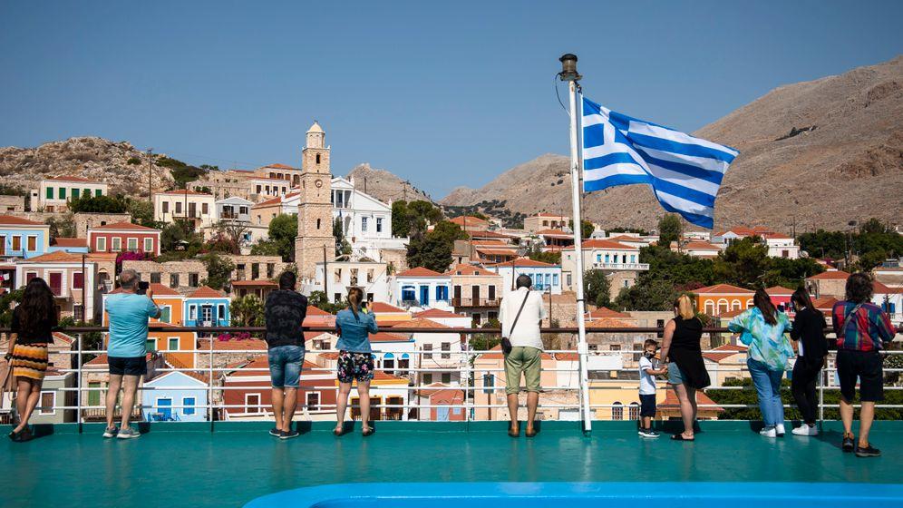 Fähre kurz vor der Ankunft auf der griechischen Insel Chalki: Die Zahl der Coronainfektionen im Land steigt wieder