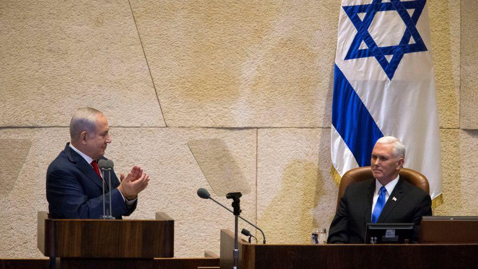 Benjamin Netanyahu (l.), Mike Pence