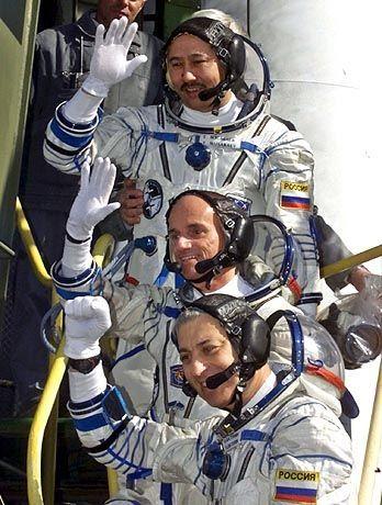 Erst der Anfang: Weltraumtourist Tito (mitte)