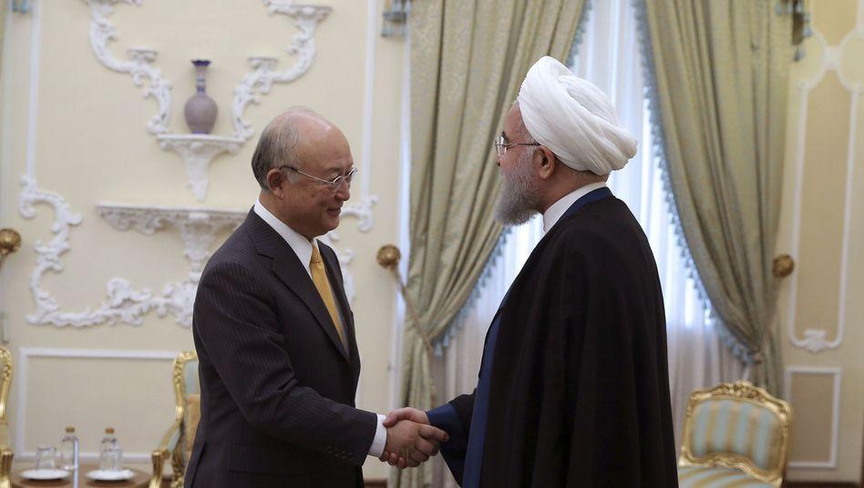 Iranischer Präsidenten Hassan Rohani (r.) und Chef der Internationalen Atomenergiebehörde, Yukiya Amano