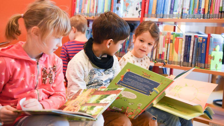 Lesende Kinder: Wörter ständigen Wandel