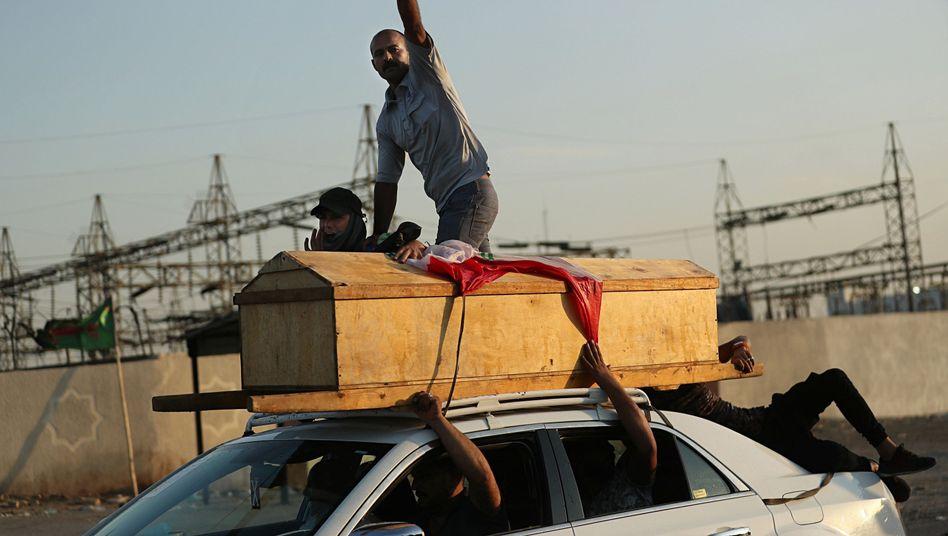 Der Sarg eines Demonstranten, der bei einer Anti-Regierungs-Demonstration in Bagdad getötet wurde