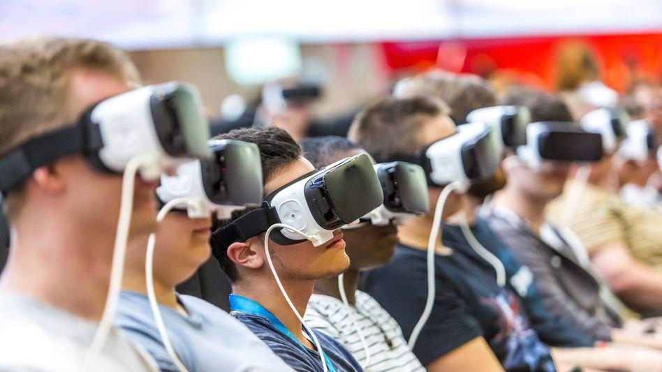 Besucher auf der Computerspielemesse Gamescom