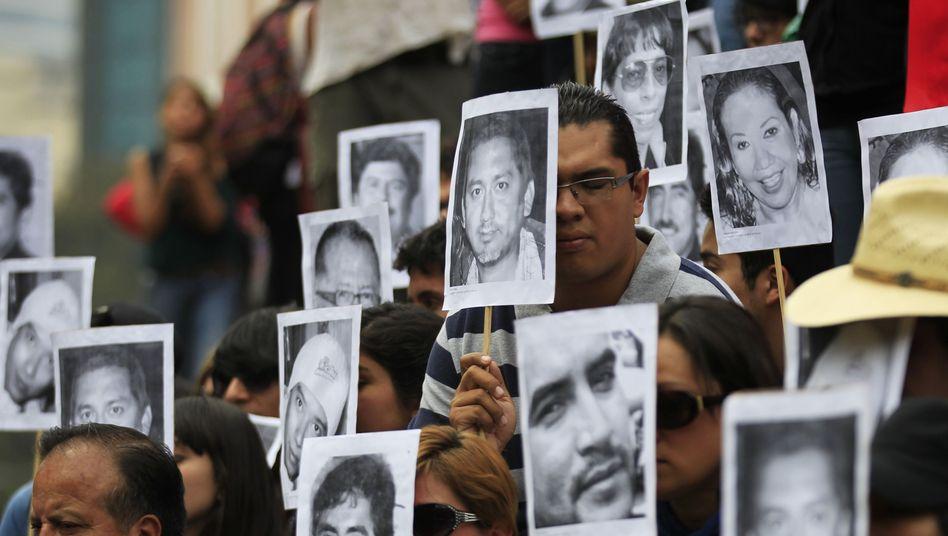 Journalisten in Mexiko-Stadt protestieren mit Fotos getöteter Kollegen (Februar 2014): Pressefreiheit passt nicht zum herrschenden Demokratieverständnis