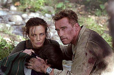 """Schaffte es in Deutschland nur auf den vierten Rang: Arnold Schwarzenegger in """"Collateral Damage"""" (mit Francesca Neri)"""
