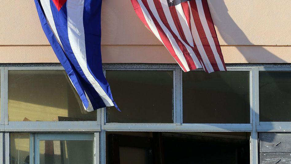 Kubaner beobachten die Eröffnung der amerikanischen Botschaft in Havanna am 14 August 2015: Sie genießen in den USA seit 1996 eine Vorzugsbehandlung