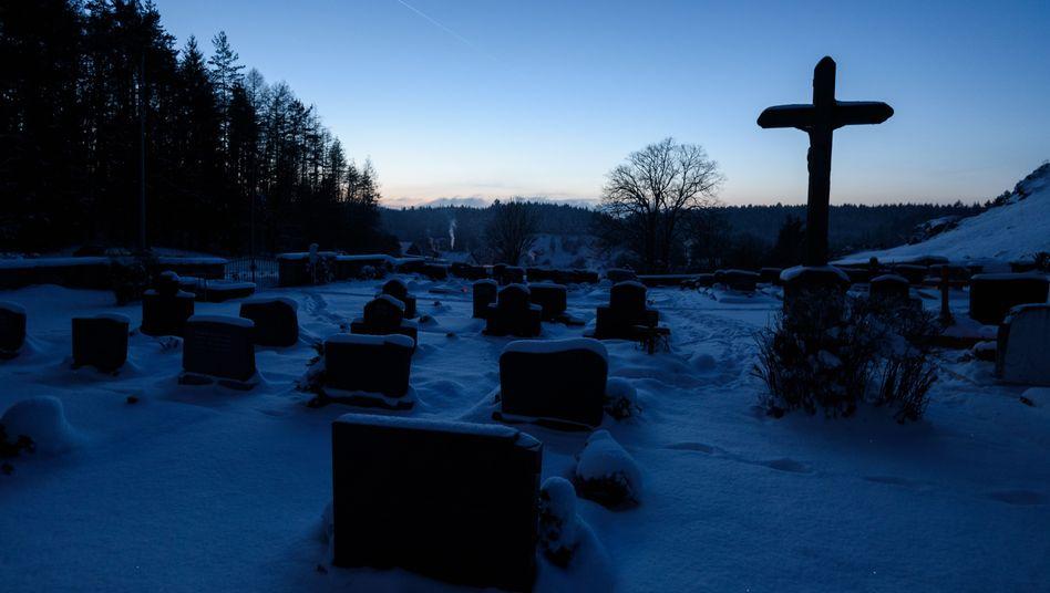 Gräber auf Friedhof: In der Natur aufgehen