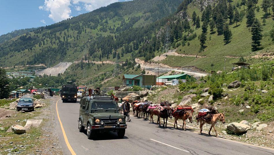 Konvoi der indischen Armee auf der Autobahn Srinagar-Ladakh im Himalaja