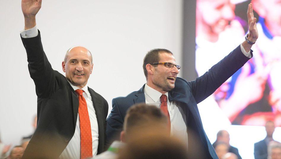 Parteikollegen Chris Fearne (links) und Robert Abela: Politischer Neuanfang auf Malta?