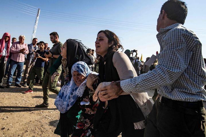 Trauernde Kurden bei einer Beerdigung von Opfern türkischer Angriffe in Derik