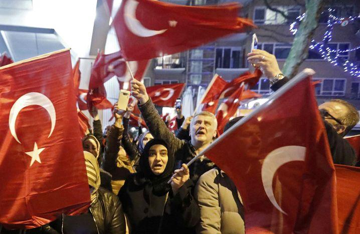 Demonstranten in der Nähe des türkischen Konsulats in Rotterdam