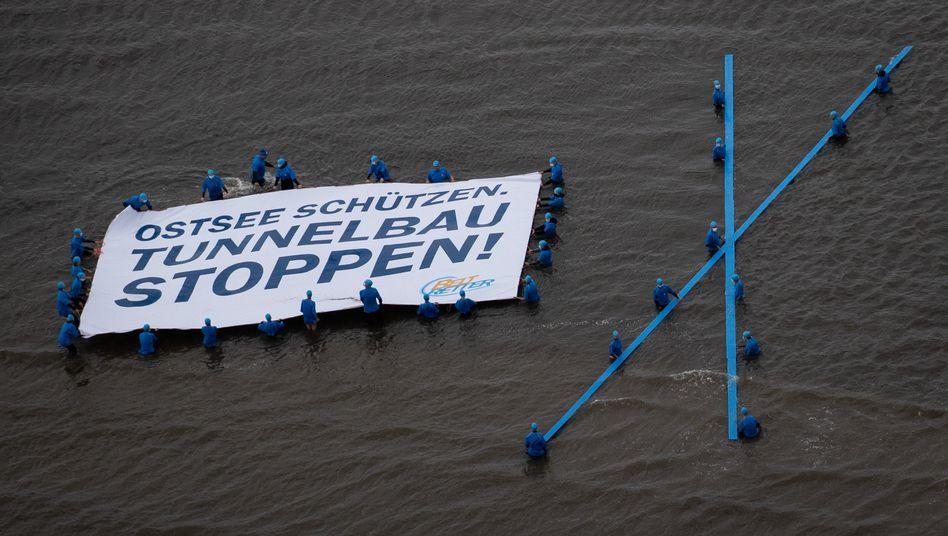 Protest gegen den Tunnelbau im Juli auf Fehmarn: Selbst die Riffe sind wohl nur noch eine kleine Klippe