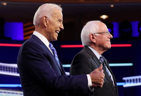 Joe Biden (l.) und Bernie Sanders (Archivbild)