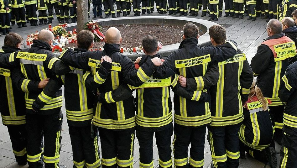 """Trauernde Feuerwehrleute in Augsburg im Dezember 2019: """"Zwei Typen haben richtig kassiert"""""""