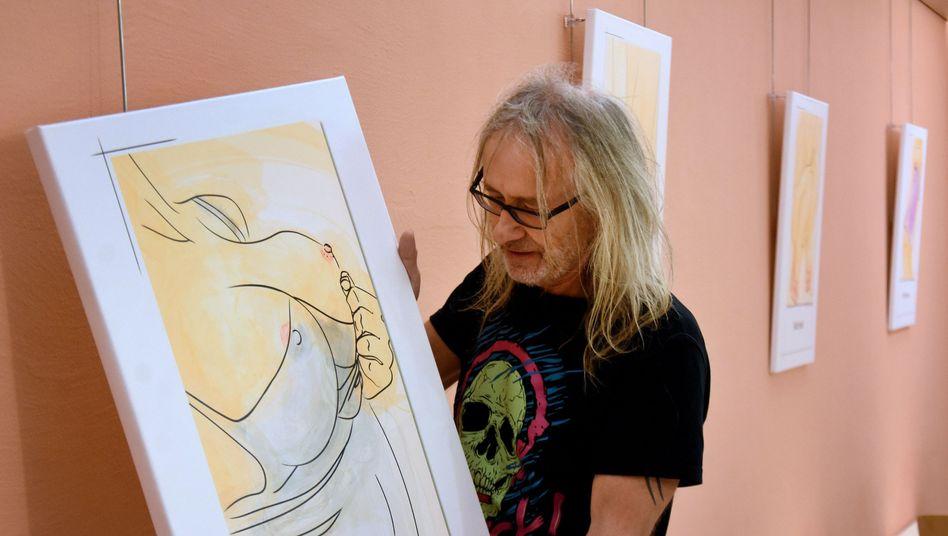Horst Reinert vom Studentenwerk Göttingen mit einer Zeichnung der Ausstellung