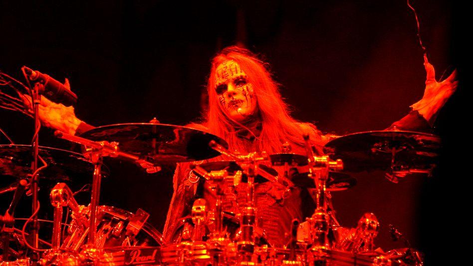 Joey Jordison, natürlich maskiert, bei einem Slipknot-Auftritt im Mai 2009
