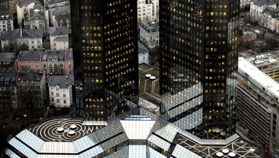 Deutsche-Bank-Zentrale in Frankfurt: Wetten in einem kollabierenden Markt