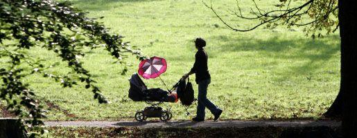 Mutter mit Kind: Klagender Vater bekam Recht