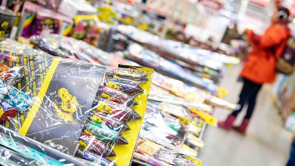 Feuerwerksartikel in einem Baumarkt: Wegen des Verkaufsverbots müssen die Hersteller die Ware wieder einlagern