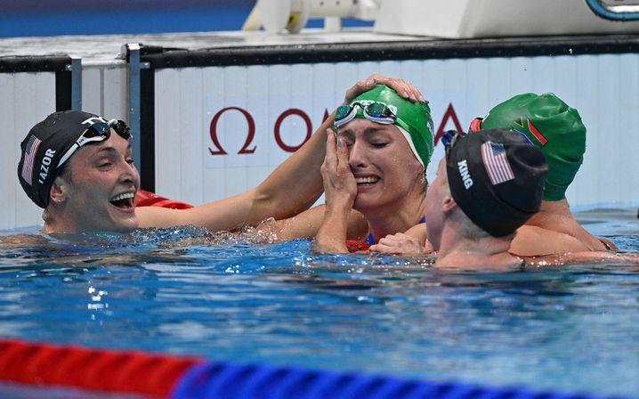 Tatjana Schoenmaker (M) und ihre Konkurrentinnen, die nach dem Rennen zu Gratulantinnen wurden