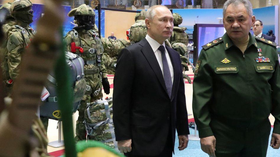 Russlands Präsident Putin und Verteidigungsminister Sergei Shoigu: Schaweddinows Einberufung entspreche dem Gesetz, so die Regierung