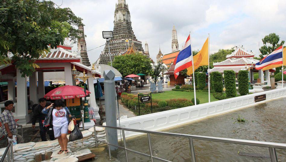 Touristen in Bangkok: Schleusen in der Hauptstadt mussten geöffnet werden