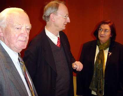 Willkommene Gäste in der Anti-Kriegsfrage: Klaus Staeck (M.) mit Verfassungsrechtler Helmut Simon und Autorin Christa Wolf im Kanzleramt