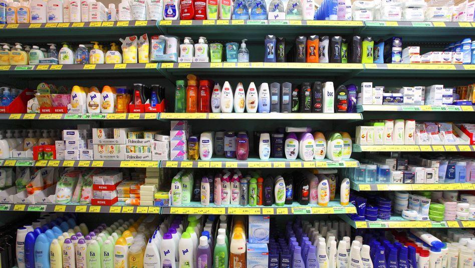 Shampooflaschen im Regal