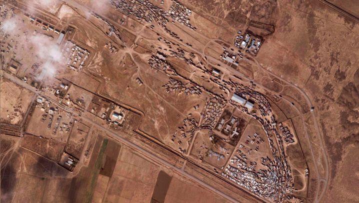 Der Grenzübergang von Islam Qala am 8. Dezember 2020 (l.) und am 16. Februar 2021 (r.) nach dem verheerenden Brand