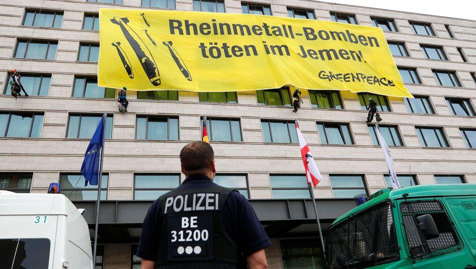 Greenpeace-Banner bei Rheinmetall-Hauptversammlung