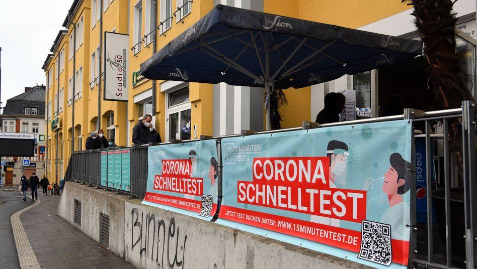 In Bonn warten Menschen vor einem Zentrum für Corona-Schnelltests (Archivbild)