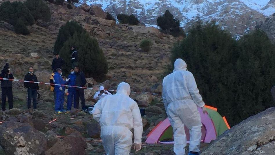 Forensiker untersuchen ein Zelt im Gebirge