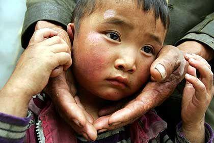 Tibetanischer Junge mit seinem Vater: Flüchtlinge berichten von Kindesmisshandlungen
