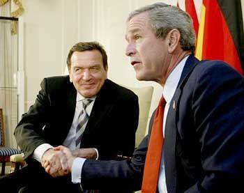 Bush (r.) und Schröder bei einem Treffen in New York: Ende der Eiszeit?