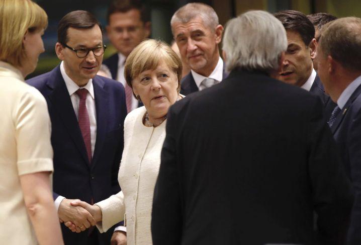 Angela Merkel beim EU-Gipfel, links neben ihr steht Mateusz Morawiecki