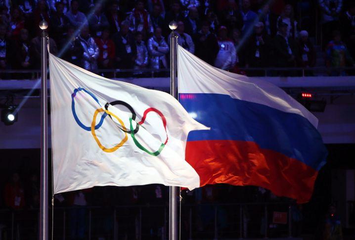 Die olympische und die russische Flagge