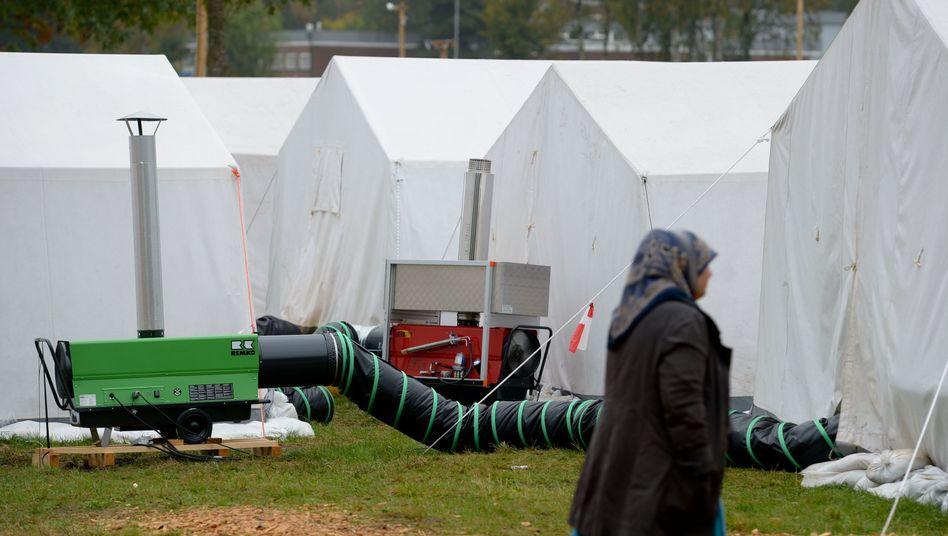 Heizlüfter blasen warme Luft in Zelte: Flüchtlingscamp bei Celle