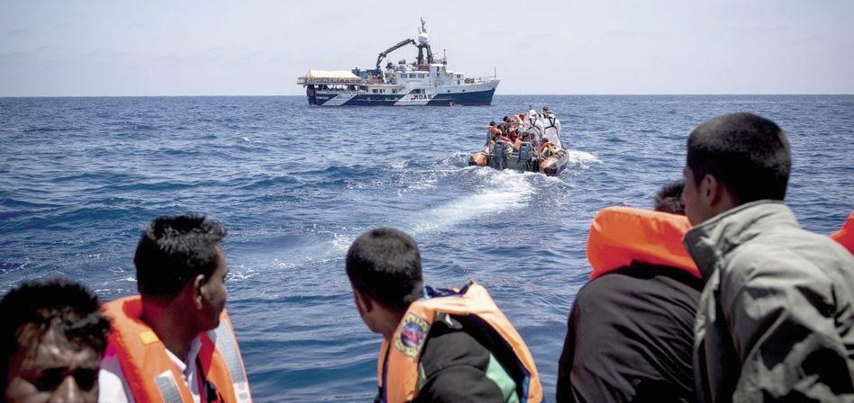 Flüchtlinge, Helfer vor der libyschen Küste: »Wer es hierher schafft, bekommt alle Rechte, wer unterwegs hängen bleibt, nicht«
