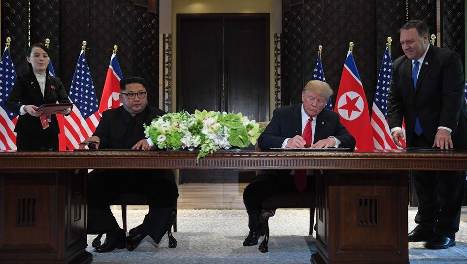 Donald Trump (re) und Kim Jong Un